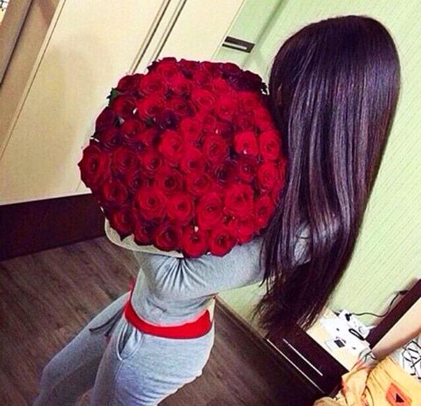 Девушка со спины брюнетка с цветами