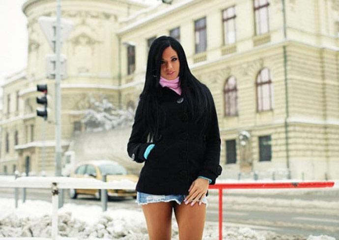 devushku-ebut-pyatero