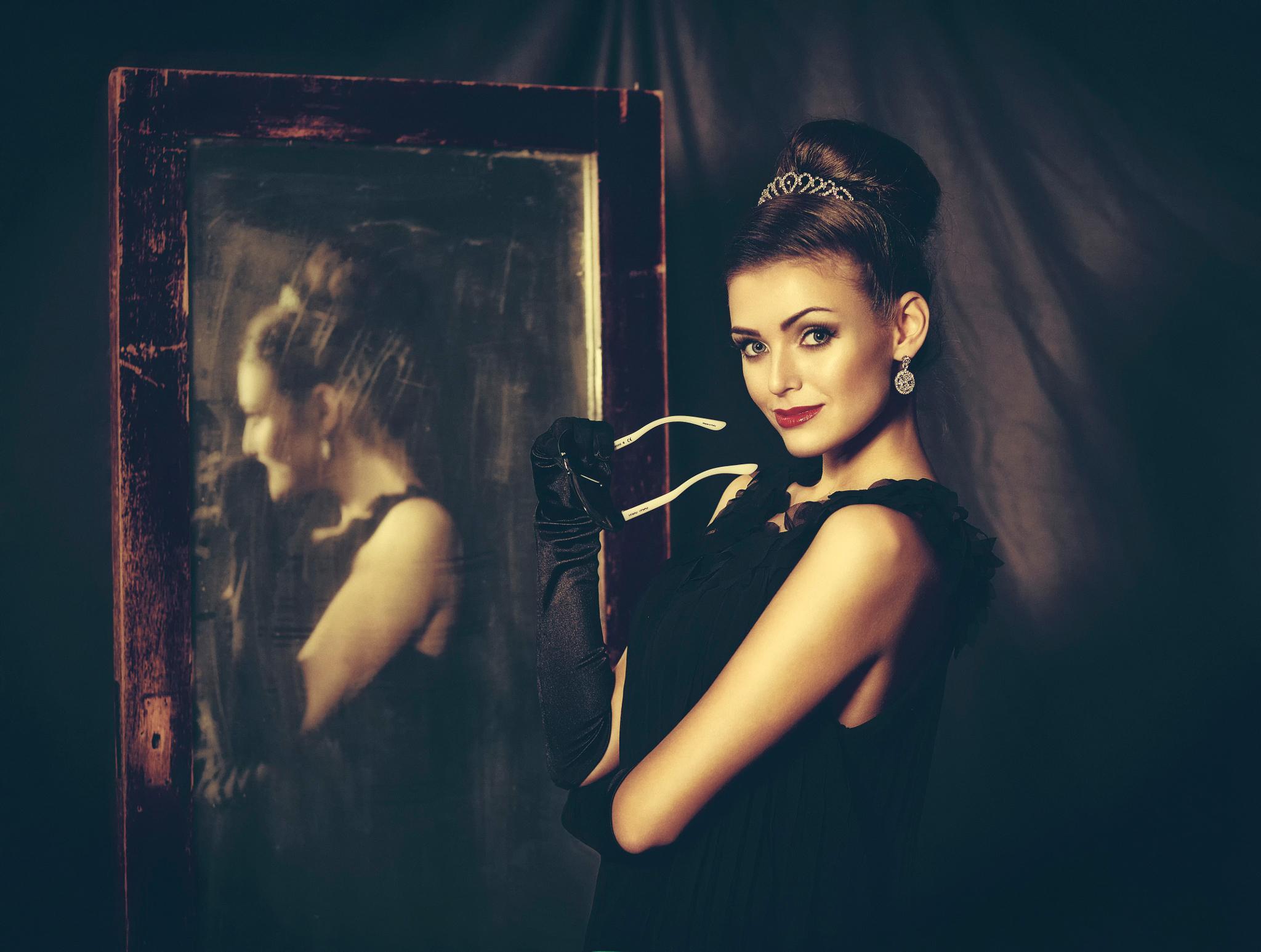 У зеркал девушки