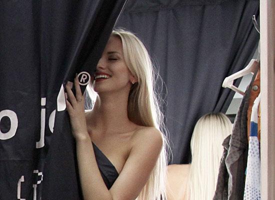фото девочка в примерочной