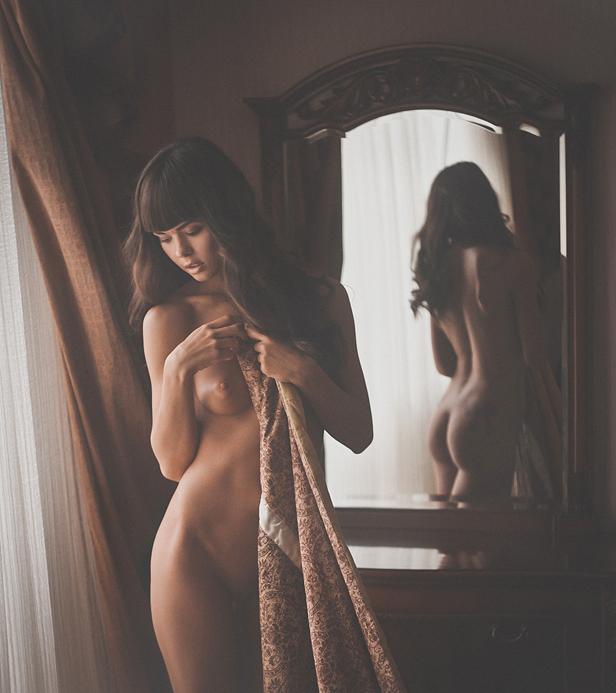 голая девка перед зеркалом фото разномастных парней
