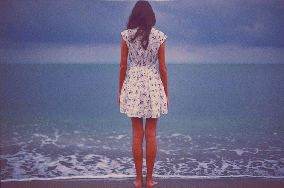 девушка в платье лица не видно